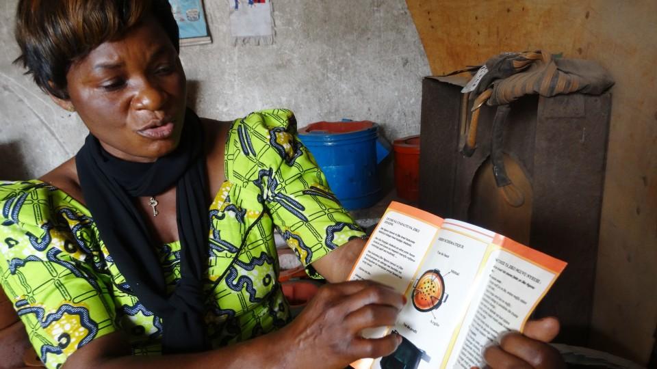 Verbandsprecherin Adeline Kahindo Tsongo erklärt wie die Öfen genau funktionieren.