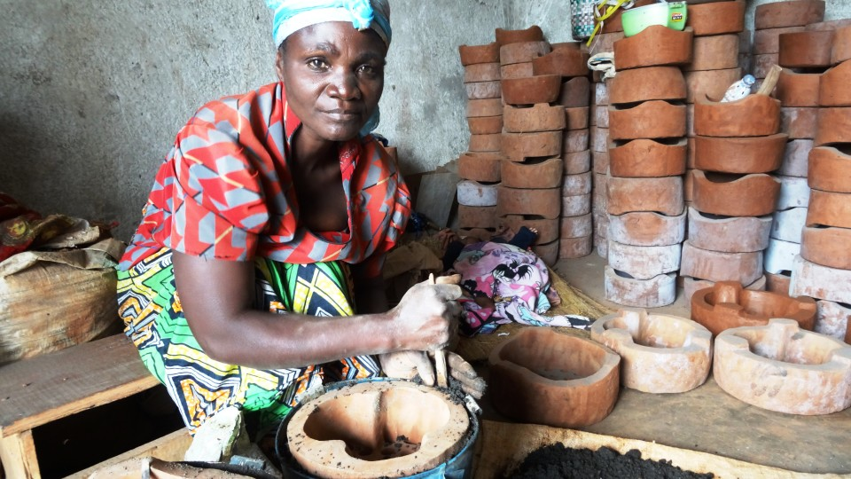 Gomas Ofenbauerinnen wollen mit damit den Wald retten.