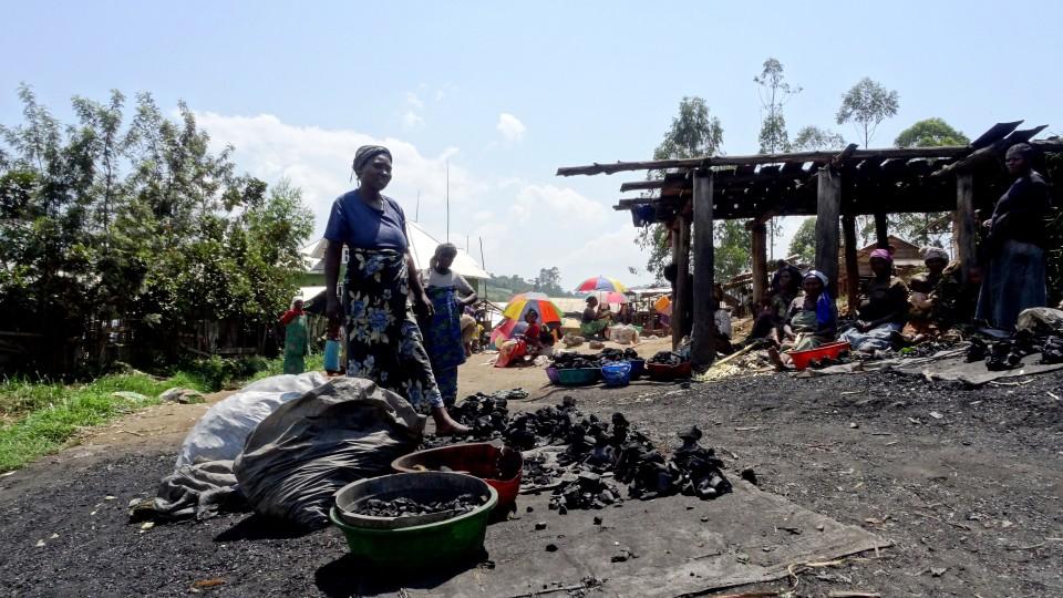 das-wichtigste-Haushaltsprodukt_Holzkohlemarkt-Im-Flüchtlingslager