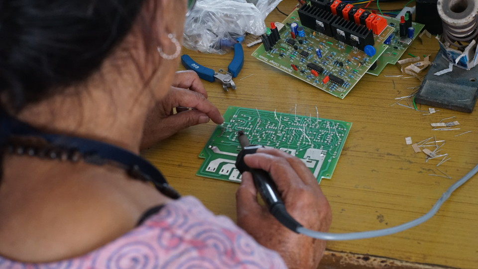 Die Frauen lernen den Aufbau  des Stromkreises durch Wiederholung, Versuche und Bilder.