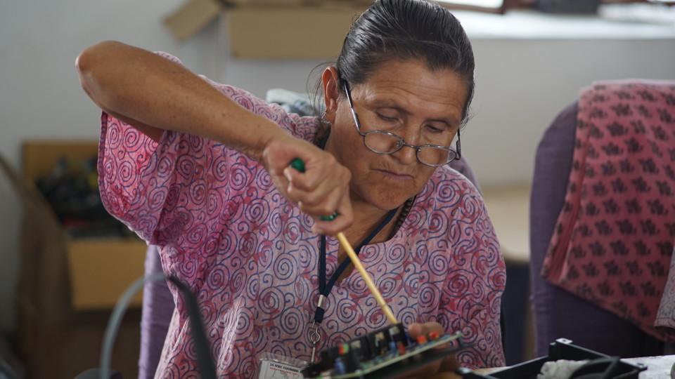 Margarita Ortz lötet am Ladeschalter, den sie später mit einer Solarzelle und einer Lampe verbindet.