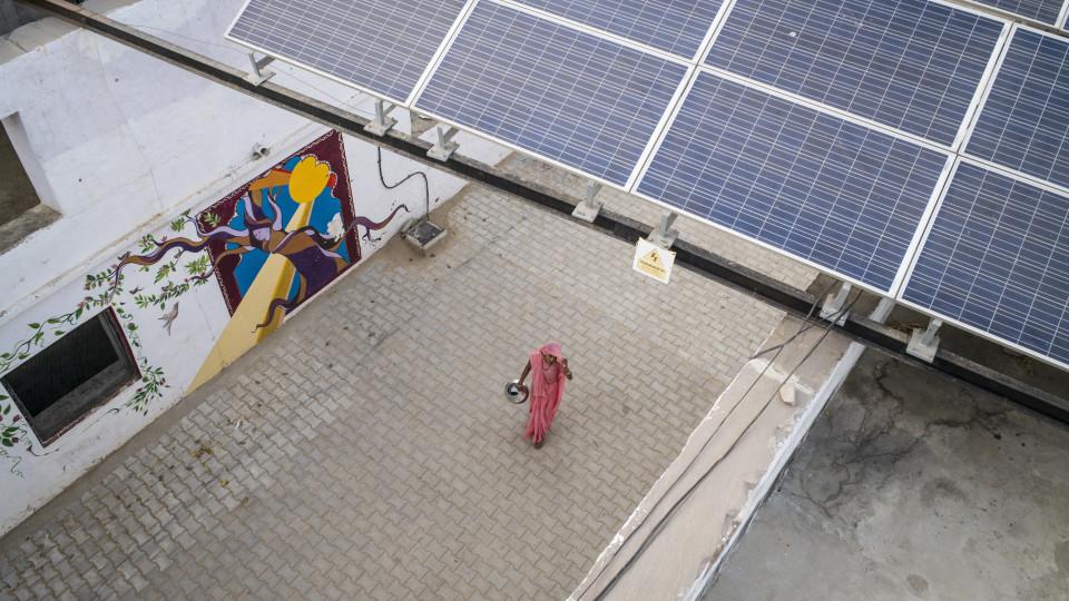 Jede ausgebildete Frau ist in der Folge für mindestens fünf Jahre für die Solaranlagen in ihrem Dorf verantwortlich. Foto: Florian Lang