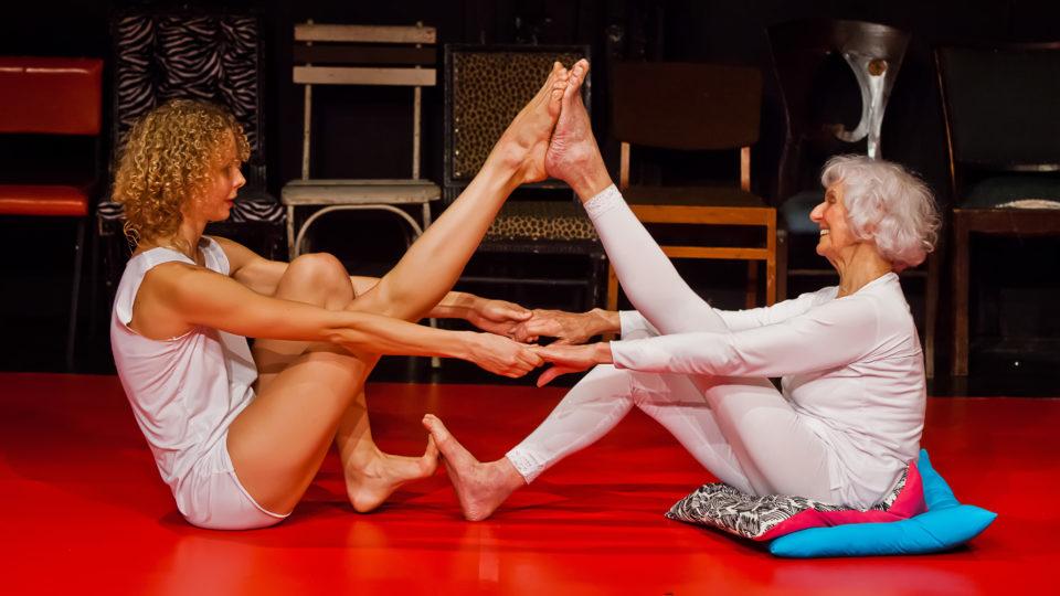 Auf der Bühne wird diese Verbindung in ihrem tänzerischen Dialog greifbar. In Blicken, ineinandergreifenden Händen, aufeinanderliegen-den Füßen, im Lachen und im Ernst.
