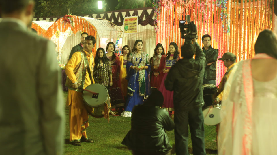 """Die Braut bei der """"Reception"""". Ein Kamerateam ist immer dabei. Fotos: Lea Gölnitz"""