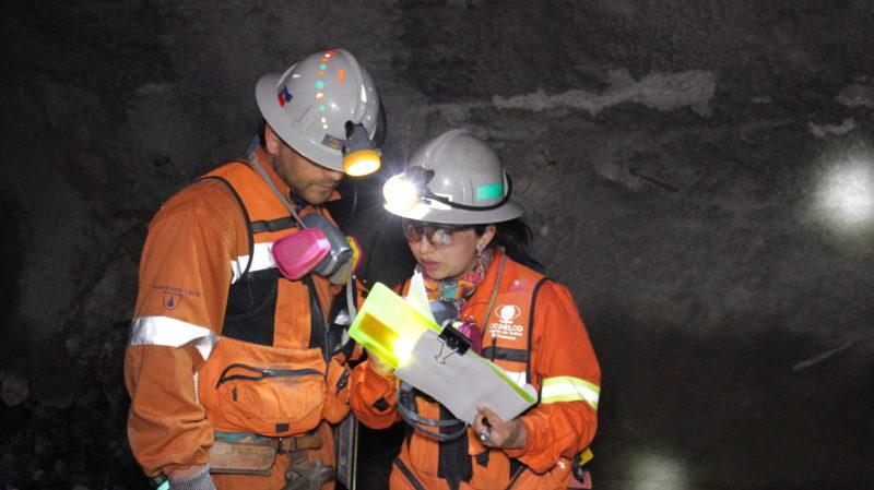 Mit ihrem Kollegen Ramón untersucht Olivia die Qualität und Feuchtigkeit der Mineralien