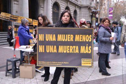 Lorena Astudillo bei der Eröffung der Kampagne Ciudado! El machismo mata! Auf ihrem Schild steht Nicht