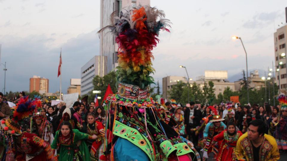Musik- und Tanzgruppen schließen sich dem Protestmarsch gegen Frauenmorde an.