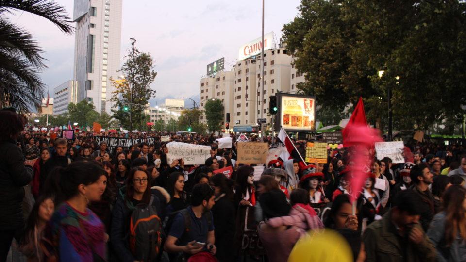 Tausende Frauen, Männer und Kinder protestieren in Santiago gegen Femizide.