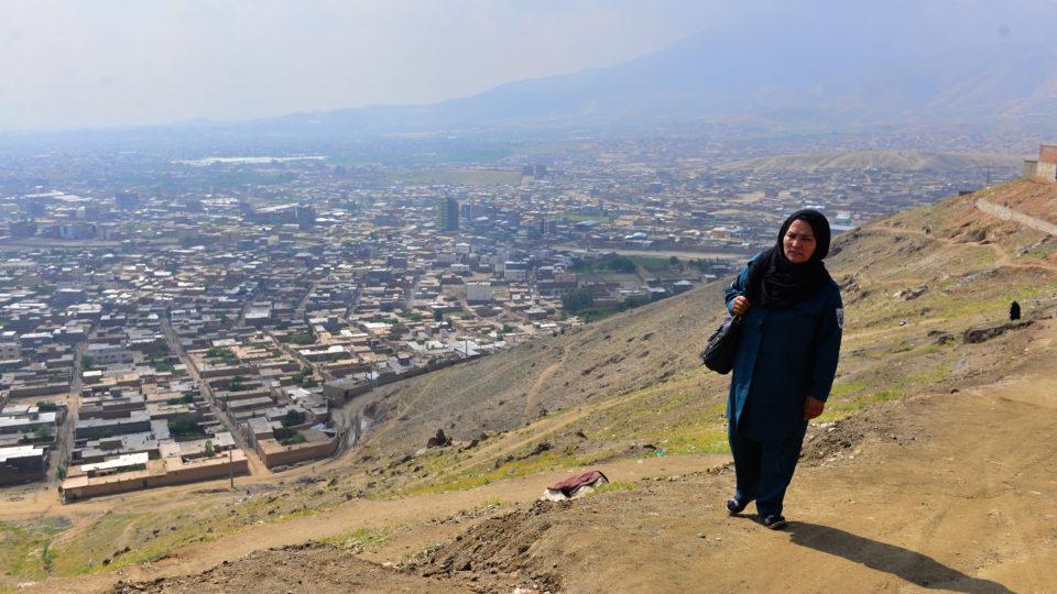 Eine hochrangige Polizistin auf einem der Hügel rund um Kabul.